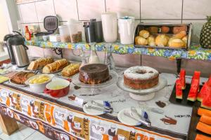 Breakfast options available to guests at Pousada Bonito Cama e Café