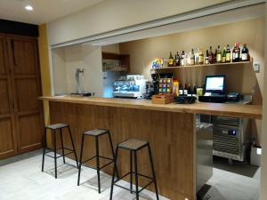 The lounge or bar area at Hostal Universitat