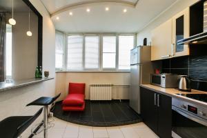 A kitchen or kitchenette at Апартаменты Fon Haus на Рощинской