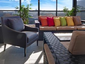 A seating area at Value Suites Green Square