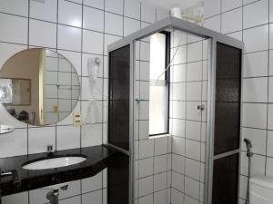Um banheiro em Apartamento Ametista 2 + Bykes