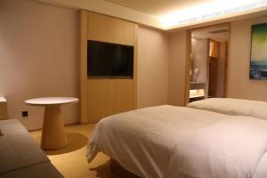 A bed or beds in a room at JI Hotel Shigatse Qingdao Road