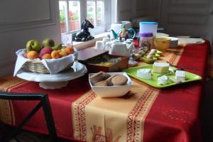 Breakfast options available to guests at Chambres d'hôtes Manoir du Buquet