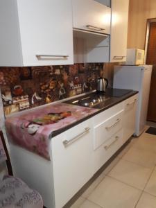 Кухня или мини-кухня в Apartment Bulvar Stroiteley 46