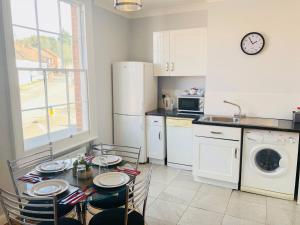 A kitchen or kitchenette at Warwick Apartments