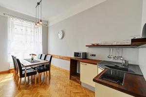 Een keuken of kitchenette bij Historic Centre Apartments IV