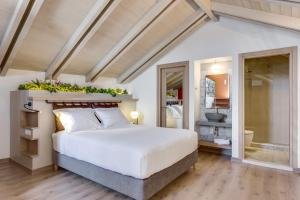 A bed or beds in a room at 1924 suites