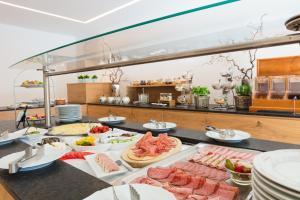 Ein Restaurant oder anderes Speiselokal in der Unterkunft Garten - Hotel Sallerhof