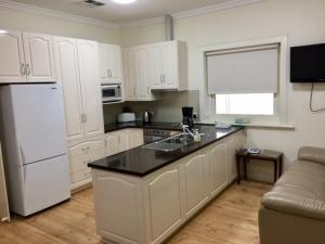 A kitchen or kitchenette at MacDonnell House Naracoorte