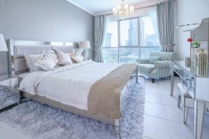 A bed or beds in a room at Elite Royal Apartment - Full Burj Khalifa & Fountain View - Premier - 2 bedrooms & 1 open bedroom without partition