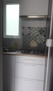 A kitchen or kitchenette at Taos single Hotelkamer