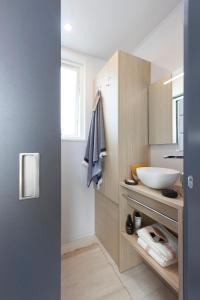 A bathroom at Taos single Hotelkamer