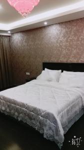 سرير أو أسرّة في غرفة في زائر الشمال للشقق الفندقية