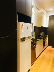 A kitchen or kitchenette at Collins 酒店式公寓