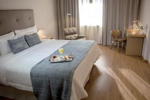 Кровать или кровати в номере Dazzler by Wyndham Asuncion