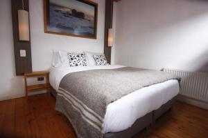 A bed or beds in a room at Pichilemu Surf Hostal
