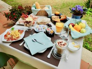 Breakfast options available to guests at Tiliguerta Glamping&Camping Village