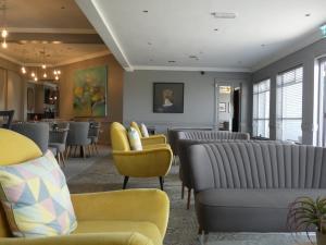 Ein Sitzbereich in der Unterkunft Coast Kilmore Quay Boutique Hotel