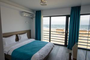 Un pat sau paturi într-o cameră la Belleview Suites