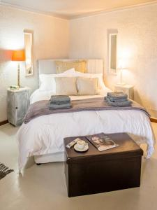 A bed or beds in a room at Waterside on Le Bonheur