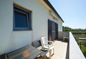A balcony or terrace at Apartments with a parking space Gornje selo, Solta - 15545