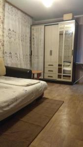 Кровать или кровати в номере Apartment on Krasnoarmeyskaya