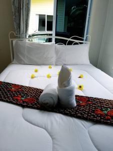 A bed or beds in a room at Rim Nam Lom Yen Puppy Love