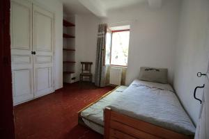 A bed or beds in a room at Maison de village