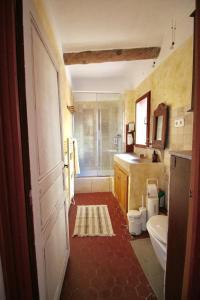 A bathroom at Maison de village