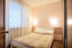 Кровать или кровати в номере Apartment na Zhilina