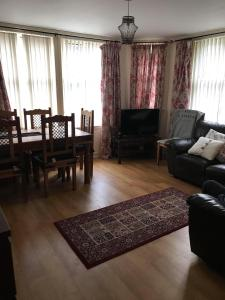 A seating area at Modern 3 bedroom flat in town centre.