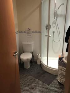 A bathroom at Modern 3 bedroom flat in town centre.