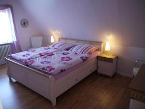Ein Bett oder Betten in einem Zimmer der Unterkunft Ferienwohnungen Stoldt