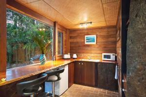 A kitchen or kitchenette at Gecko Shed