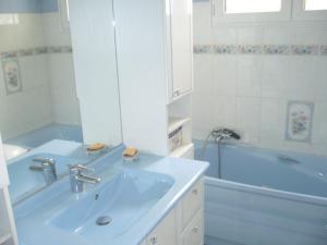 A bathroom at au cédre bleu