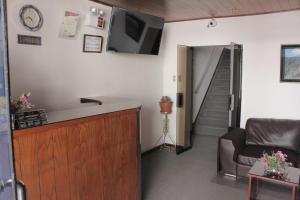 Una televisión o centro de entretenimiento en Hostal Alfredo's Palace