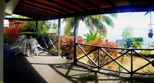 A balcony or terrace at MOOREA - Fare Taina Iti