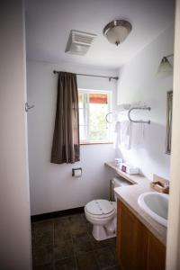 A bathroom at View Crest Lodge