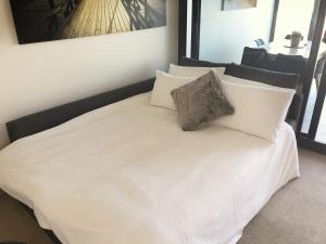 A bed or beds in a room at Melbourne River Views
