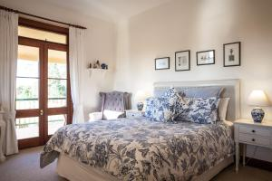 A bed or beds in a room at Mudgee Homestead Guesthouse
