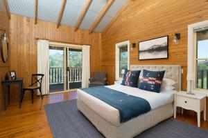 A bed or beds in a room at North Lodge Highland Cottage