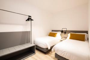A bed or beds in a room at Aspasios Sagrada Familia Apartments