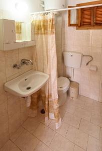 A bathroom at Oasis 2