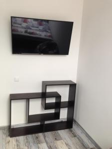 A television and/or entertainment centre at Apartment on Turisticheskaya