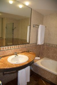 A bathroom at Hotel Nuevo Portil Golf
