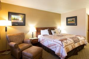 A bed or beds in a room at Crosswinds Inn