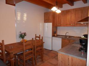 Una cocina o zona de cocina en Casa Rural El Dolmen