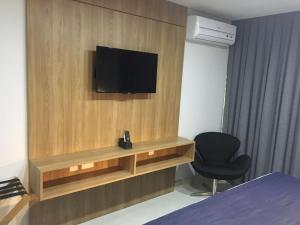 A television and/or entertainment centre at Novissimo Flat em Petrópolis