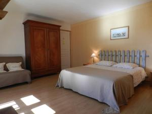 A bed or beds in a room at La Ferme Montplaisir