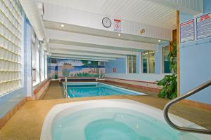 The swimming pool at or close to Scott's Inn & Restaurant